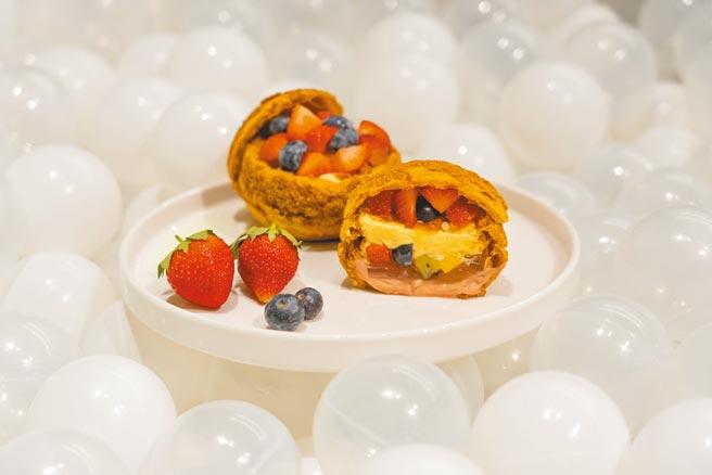 板橋大遠百最強甜點展「品。好乳酪蛋糕-草莓果凍聖代泡芙」,每份120元。(遠百提供)