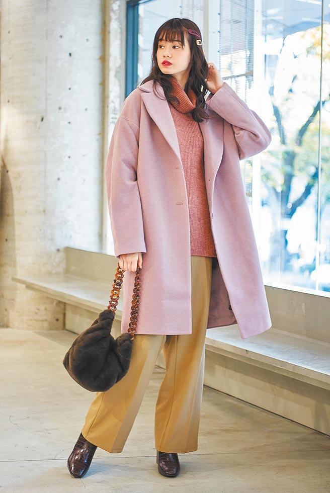 GU網路商店「1212年終狂歡節」推出獨家優惠,女裝羊毛混紡大衣限定價1212元。(GU提供)