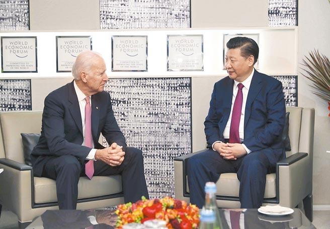 陸盼中美強化對話合作,圖為2017年1月17日,大陸國家主席習近平在瑞士達沃斯會見時任美國副總統拜登。(新華社)