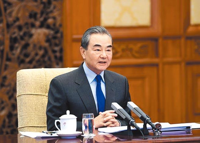12月7日,大陸外長王毅在北京同美中貿易全國委員會董事會代表團舉行視訊交流。(取自大陸外交部網站)