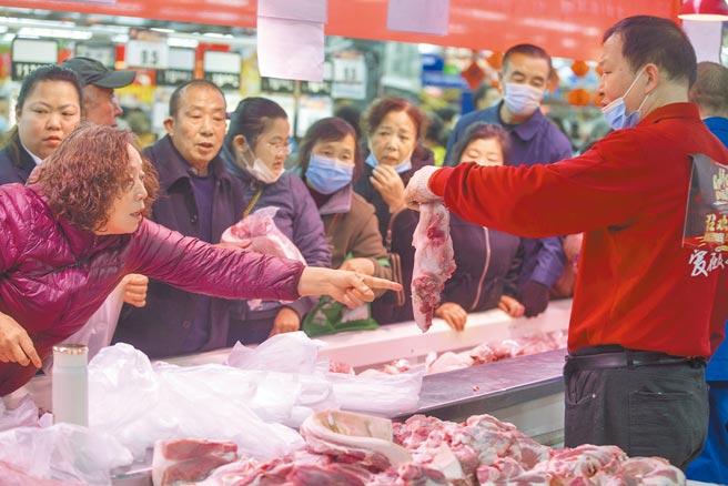大陸豬肉價格近期呈現上漲走勢。圖為山西太原民眾在超市搶購豬肉。(中新社資料照片)