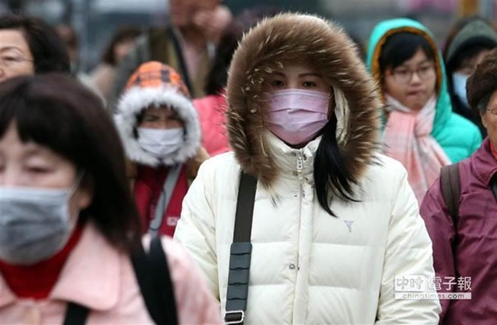 吳德榮表示,周日下午至下周三(13至16日)另一波東北季風挾冷空氣南下,可能達「大陸冷氣團」台北低於14度的強度,下周二(15日)清晨、夜間及下周三(16日)清晨最冷。(示意圖 資料照)