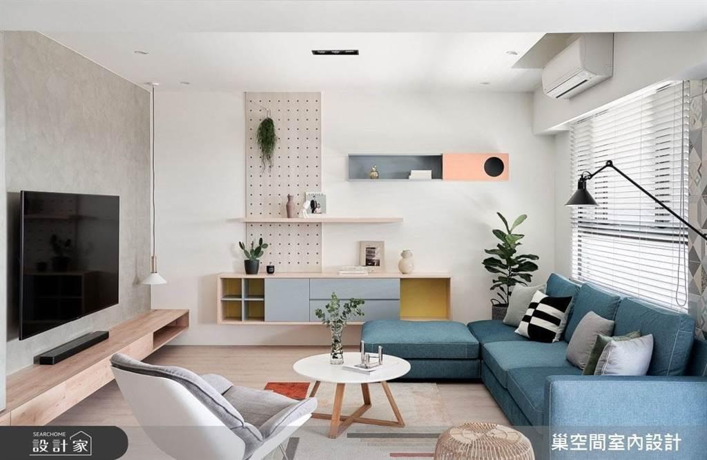 客廳中最容易雜亂的無外乎就是一堆遙控器及充電器材了,善用電視牆搭配收納櫃,各種3C器材、線材都可以收納乾淨。開放式收納抽屜,可收納控器、充電中的手機等。