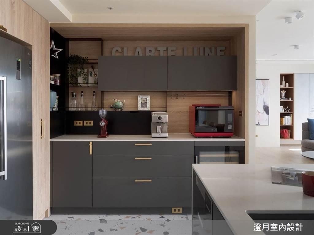 家中琳瑯滿目的廚具電器,為減少使用動線,將使用的空間都設定在一個空間,設計大約至腰部位置的半截式收納櫃,不只方便使用外,直覺式收納更省時間。