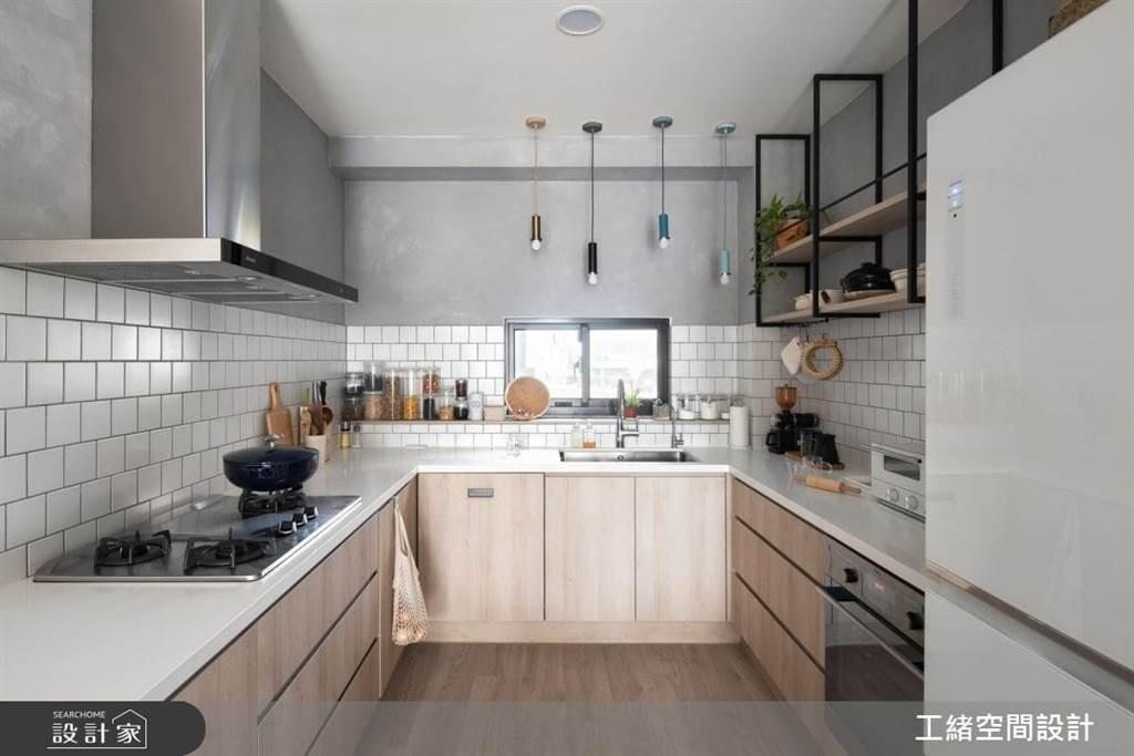 常在家做料理的家庭主婦,可設計ㄇ字型廚房空間,不只做料理的空間範圍變大了,檯面下通通都可以依照使用需求設計收納空間喔!
