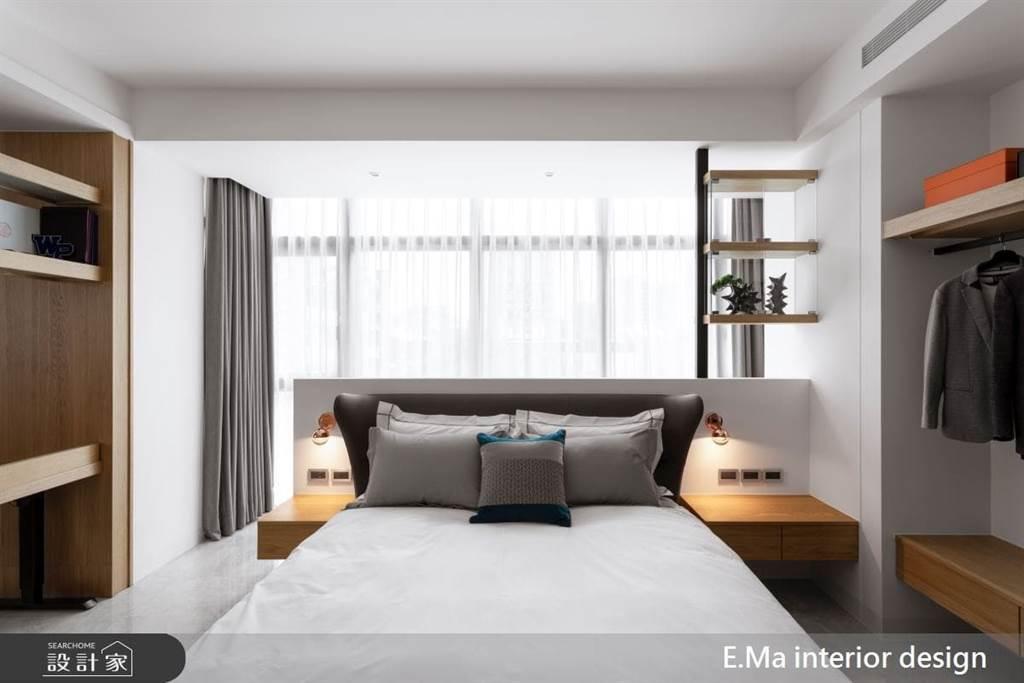 運用ㄈ字型動線,打造四面的收納空間,從床頭兩側的懸空收納櫃設計,適合給手機重度使用者,而左右側衣物收納櫃,可收納較常穿著的外套,以及包包、禮物等。
