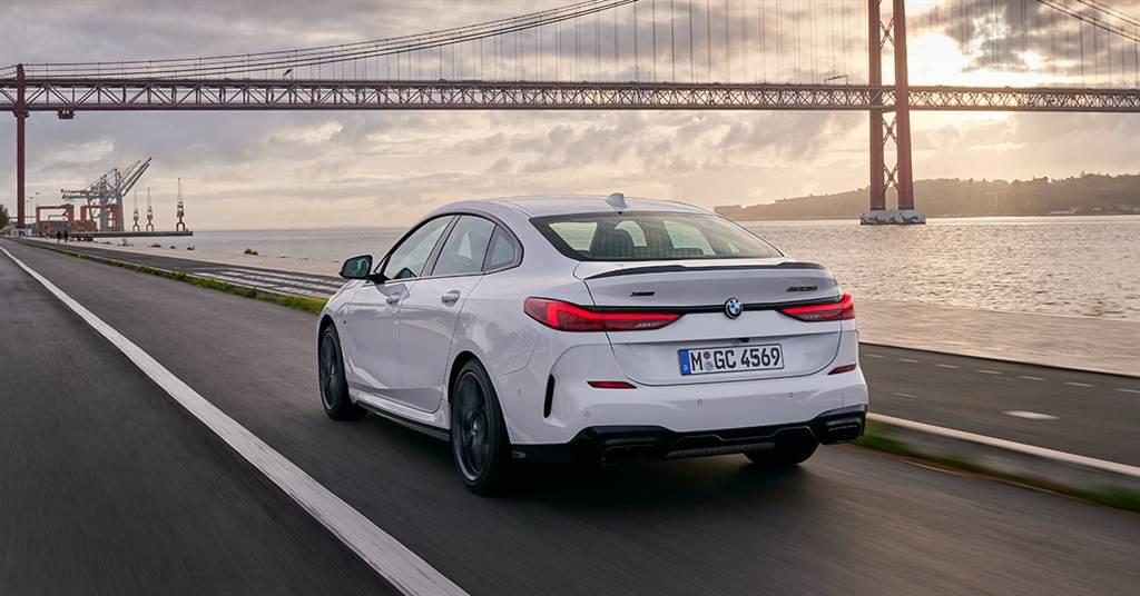 優雅俐落,承襲BMW 8系列Gran Coupé美型設計的全新2021年式BMW 2系列Gran Coupé,全面升級BMW智慧語音助理2.0與全新iPhone手機數位鑰匙,本月更享低月付9,900元起多元分期方案或尊榮租賃專案(含3年租賃0利率、贈送3年牌燃稅)。