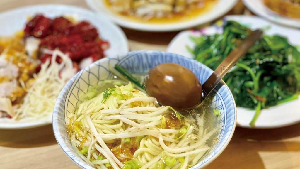 「阿國切仔麵」麵香十足,搭配高湯、滷蛋、豆芽菜,吃來相當有飽足感。(圖/魚夫提供)