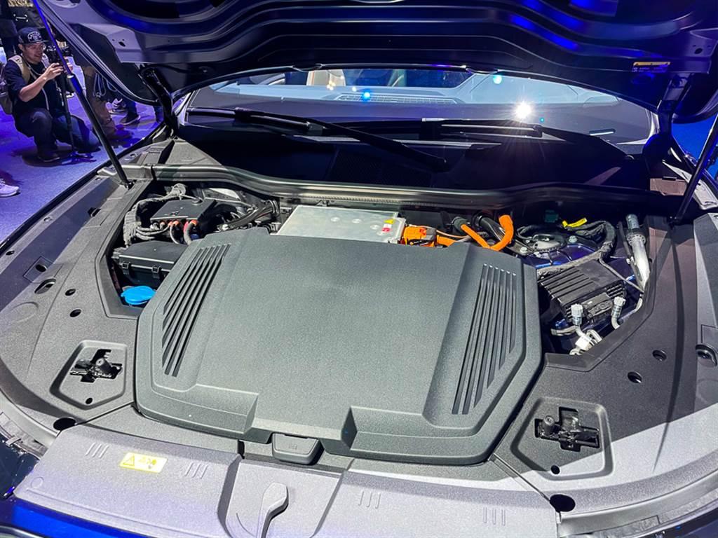車頭雖然已經沒有引擎,但Audi仍將許多機械結構設計在車頭,甚至以仿引擎飾蓋將其覆蓋。