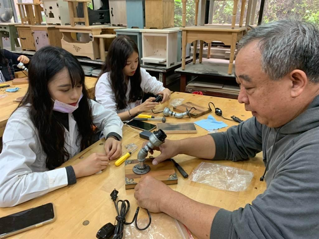 學生跟老師學習製作屬於自己的工業風桌燈。(圖/新北市政府教育局提供)