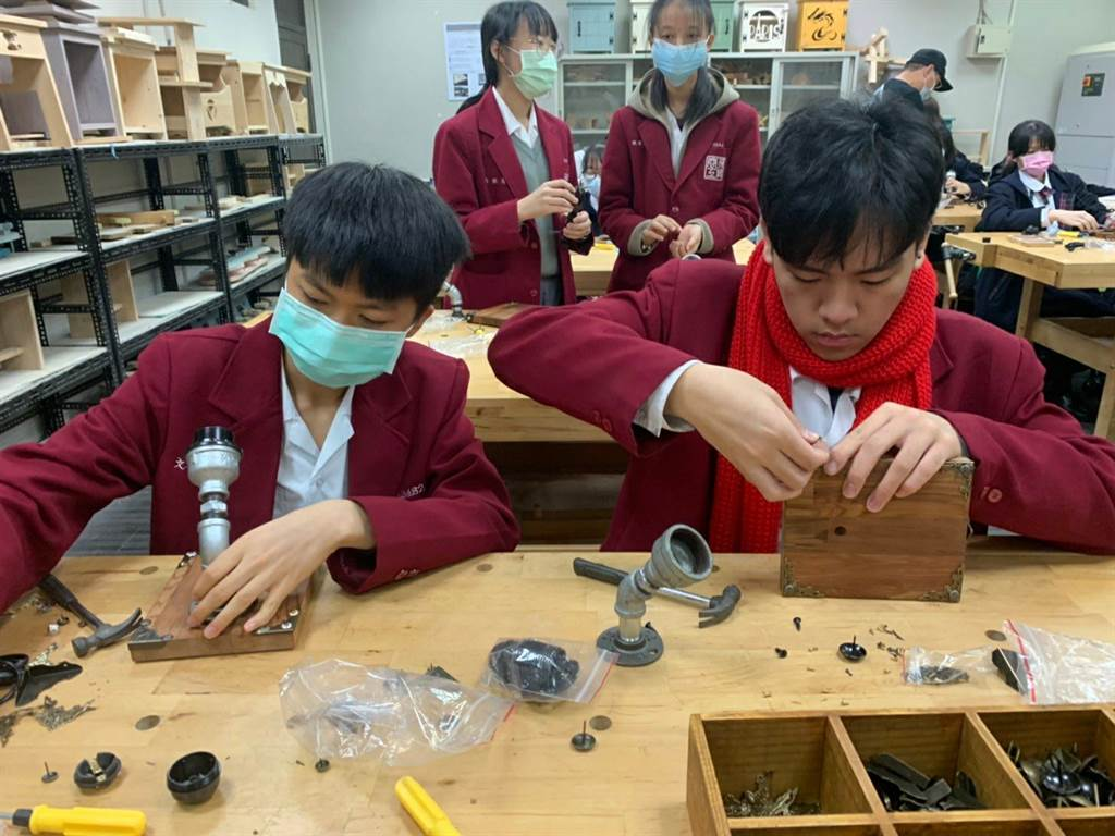 設計群學生體驗「一日木工師」,上午進行創意木 ... 木工機械設備及手工器具操作的專業英語。(圖/新北市政府教育局提供)
