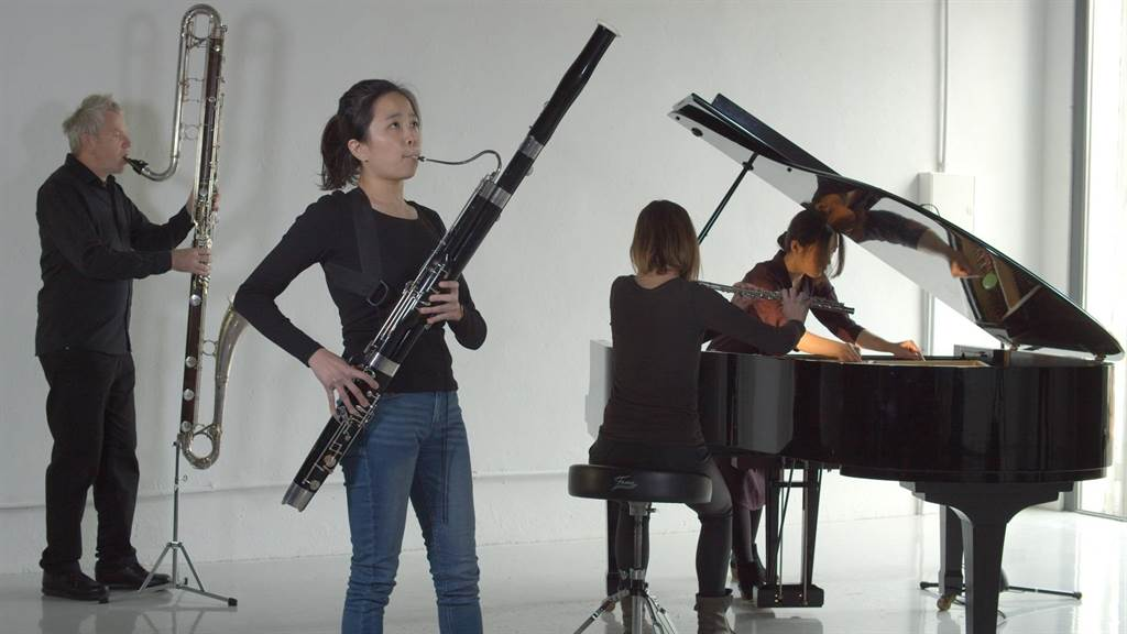 任教於維也納舒伯特音樂學院的作曲家高愷怡,近期與觀眾分享作品《對位》,樂手依照樂譜指示,可依照當下狀態,做出即興的聲響效果。(再壹波藝術節提供)
