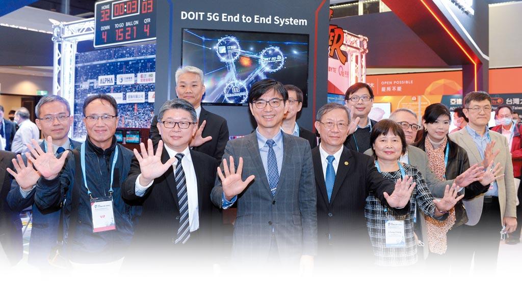 經濟部技術處串連工研院、資策會、中華電信等產學單位展出「經濟部技術處5G科專成果」主題館。經濟部技術處長邱求慧(中)、IEEE GLOBECOM 2020主席涂元光等一同出席並比出5G手勢合影。圖/王德為