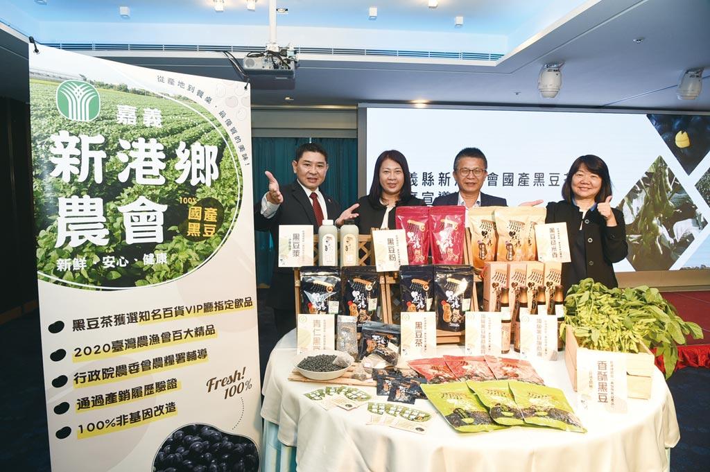 農糧署副署長姚志旺(右二)南下高雄翰品酒店參加記者會,與新港鄉農會總幹事林雅欣(左二)等,宣布在雲朗觀光各飯店客房都提供黑豆茶包。圖/雲朗觀光提供
