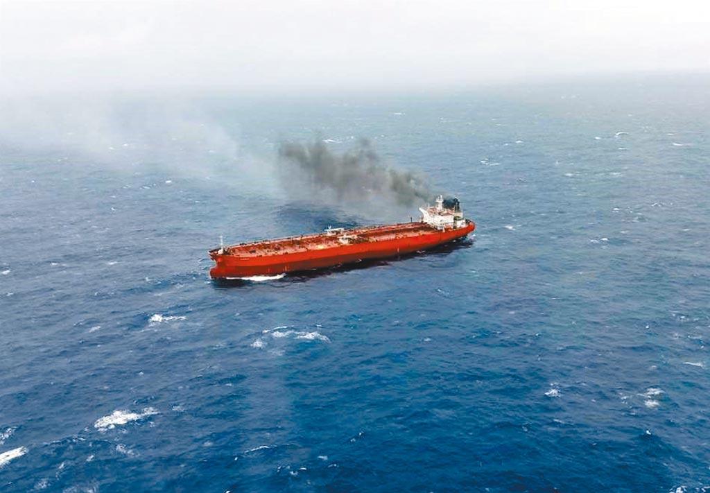 賴比瑞亞籍油輪8日上午在蘭嶼外海失火,空勤總隊第3大隊第3隊黑鷹直升機前往救援,吊掛船上8名船員上岸。(海巡署提供)
