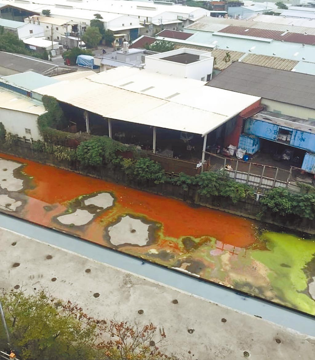 有民眾於7日上傳怵目驚心的紅綠水流入子母溝的照片至臉書社團「ㄨㄚ是泰山人」,引發大批留言,「下雨天是偷倒廢水的好時機」、「沒救了」。(翻攝自臉書ㄨㄚ是泰山人/戴上容新北傳真)