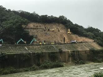 猴硐走山搶修第6天 施打第二階鋼軌樁邊坡明顯變化