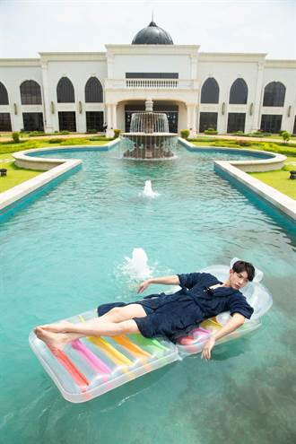 連晨翔跟男生進汽旅 穿內褲浴袍漂浮噴水池中央