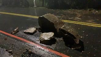 基隆外木山湖海路邊坡石頭滑落 佔據車道