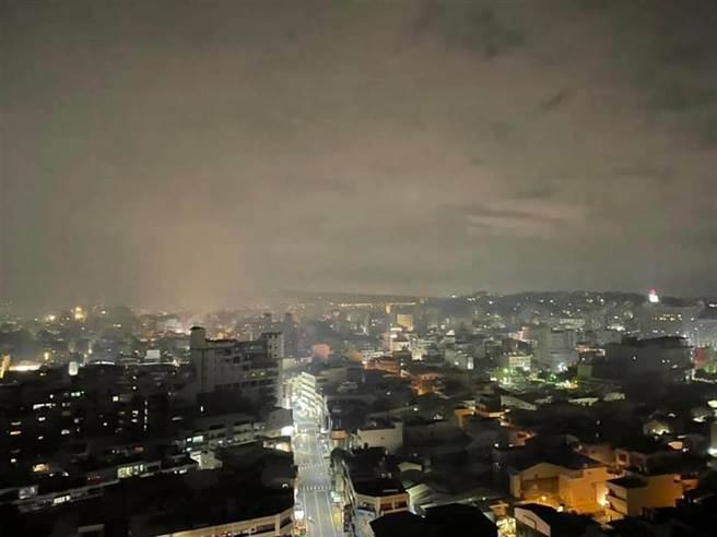 彰化市晚間全壟罩在雜草火警的煙霧與惡臭中,令市民惱怒憤慨。(摘自臉書/謝瓊雲彰化傳真)