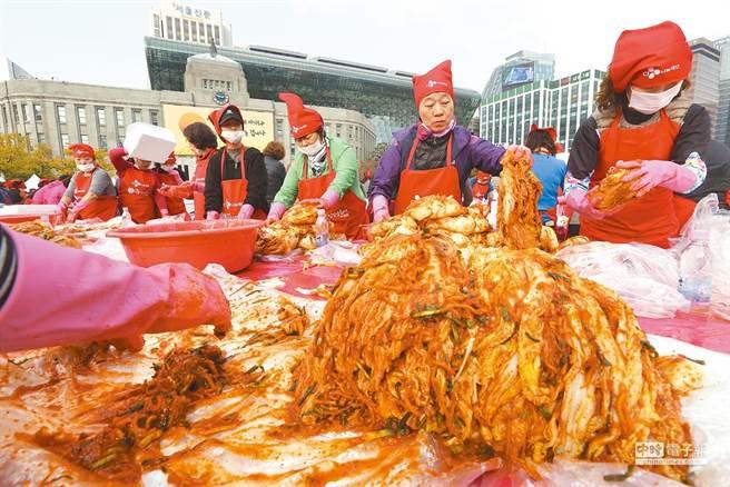 百度百科辭條指稱韓國泡菜源於中國,引起韓媒與韓國學者要求更正。圖為韓國節慶活動中製作韓國泡菜。(圖/本報檔案照)