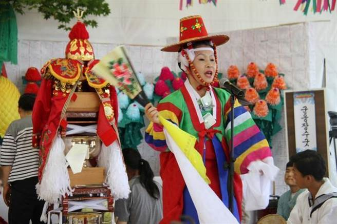 韓國對端午江陵祭的節慶文化非常重視,從1967年就將它指定為韓國第13號重要無形文化遺產和重要無形文物,並長期進行保護與傳承。(圖/韓國文化資訊中心)