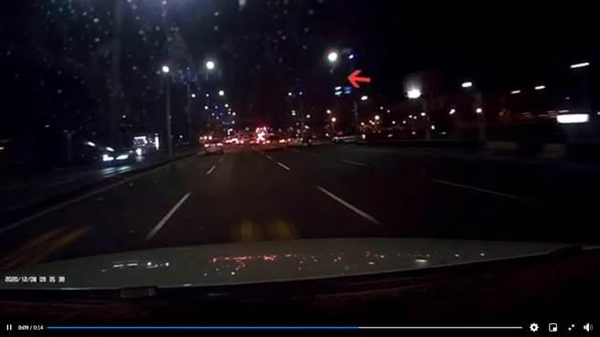 昨晚一顆白色的神秘火球飛過夜空,在台南和高雄都能看見,引發網友討論,內行曝應是火流星。(圖/翻攝自台南爆料公社)