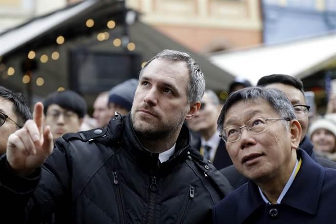 以友台形象聞名的捷克布拉格市長賀瑞普表示,確信不久後就會再訪問台灣。圖為賀瑞普1月與到訪捷克的台北市長柯文哲簽署締結姊妹市。(美聯社)