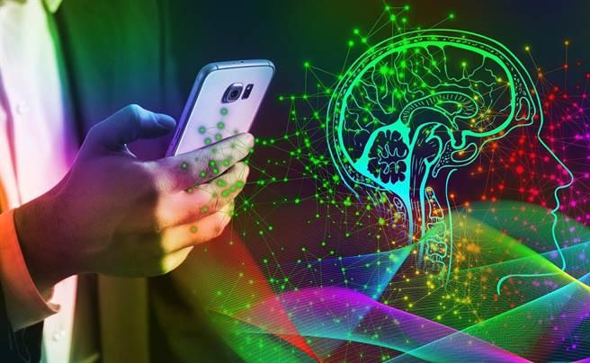 「一腦多用」很省時間?網路時代,過度資訊讓腦疲勞,恐釀身心疾病未爆彈。(示意圖/Pixabay)