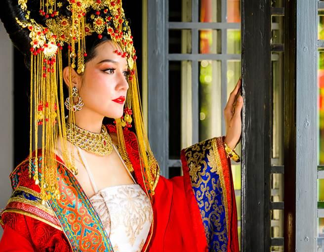 唐代女子穿著袒胸裝,大膽露出事業線,這在當時並不是什麼丟人之事。(示意圖/達志影像)