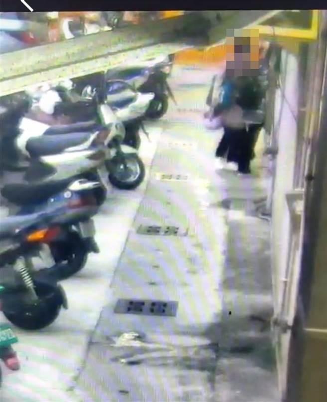 謝姓女童在11月2日被母親帶出購物時遭路口監視器影像拍下畫面,成警方尋獲關鍵。(戴志揚翻攝)