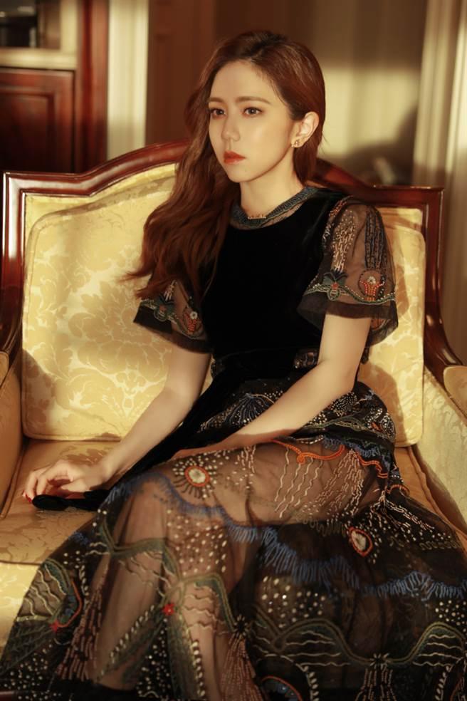 鄧紫棋8日受邀出席Dior大秀。(圖/微博@GEM鄧紫棋)