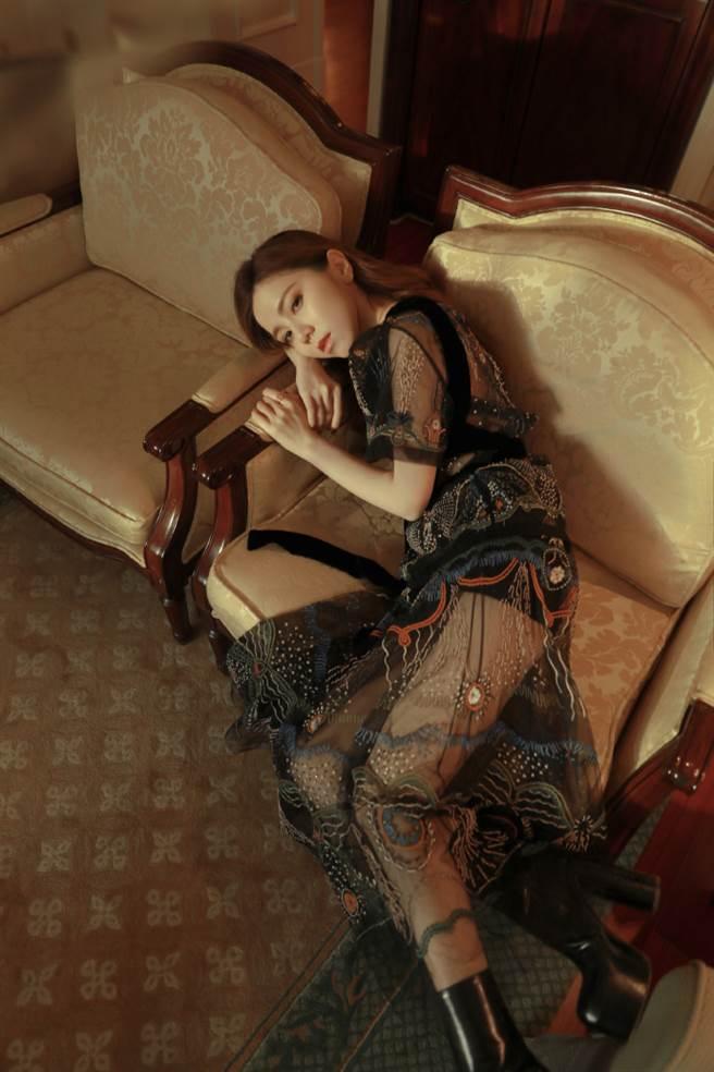 鄧紫棋在Dior大秀上所穿的刺繡洋裝美暈眾人。(圖/微博@GEM鄧紫棋)
