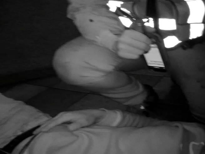 郭姓男子從汽車旅館2樓跳下,遭到警方制伏。(翻攝照片/賴佑維桃園傳真)