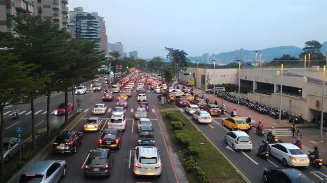 關渡大橋早上發生4起車禍,嚴重塞車讓淡水在地人叫苦連天。(資料照)