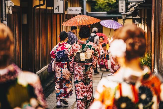 日本江戶時代曾有過名叫「屁負比丘尼」的職業,貴族小姐如果不小心放屁,他們就得出面幫忙背黑鍋。(示意圖/達志影像)