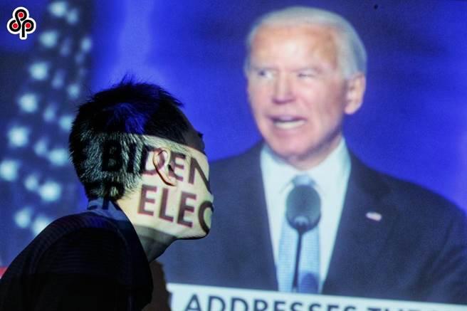 大陸學者分析美國在哪些方面不會放鬆對華壓制。圖為11月8日拜登成功跨越270張選舉人票門檻,確定當選第46任美國總統。(資料照片,黃世麒攝)