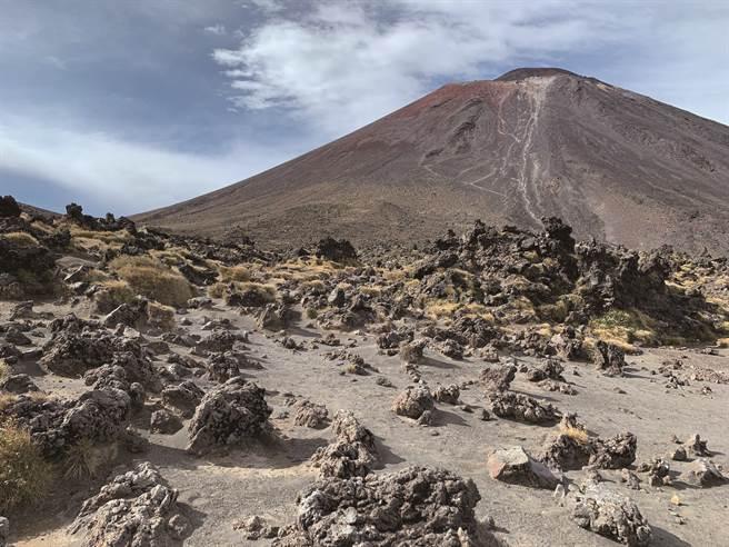 火山步道的荒芜(图/四块玉文创提供)