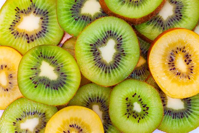 奇異果有黃色和綠色兩種,雖然兩種都很營養,但其中的營養成分則略有不同,其中若是要防癌抗發炎,專家建議吃這種。(圖/Shutterstock)