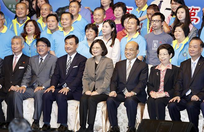 2017年5月6日,蔡英文總統(前排左4)、蘇貞昌(前排左5)出席「中華民國屏東縣同鄉會」成立大會,並與屏東鄉親合影留念。(姚志平攝)