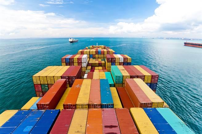 日本貨櫃船ONE Apus 11月底從大陸駛往美國加州途中,遭遇惡劣海象,船身劇烈搖晃,導致船上1,816個貨櫃落海。(示意圖/shutterstock)