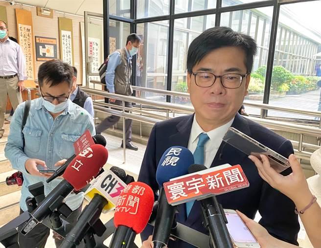 高雄市長陳其邁表示,台南火警的濃煙影響許多高雄市民,希望台南市長黃偉哲追究汙染肇事者責任,平息眾怒。(林宏聰攝)