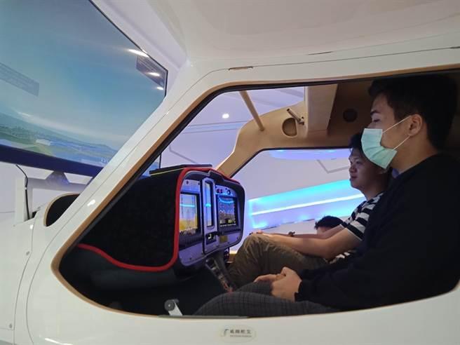 萬能科大打造飛行模擬教室真實體驗飛行感受。(呂筱蟬攝)