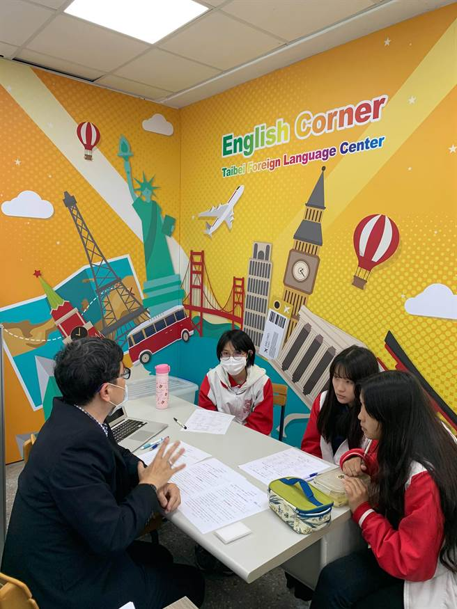 泰北高中於午間時間,安排學生進行美國大一課程先修諮詢。(泰北高中提供/李侑珊台北傳真)