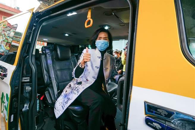 宜蘭縣幸福巴士「黃1」線今天通車,縣長林姿妙也來試乘,盼能提供鄉親更便捷的服務。(李忠一攝)