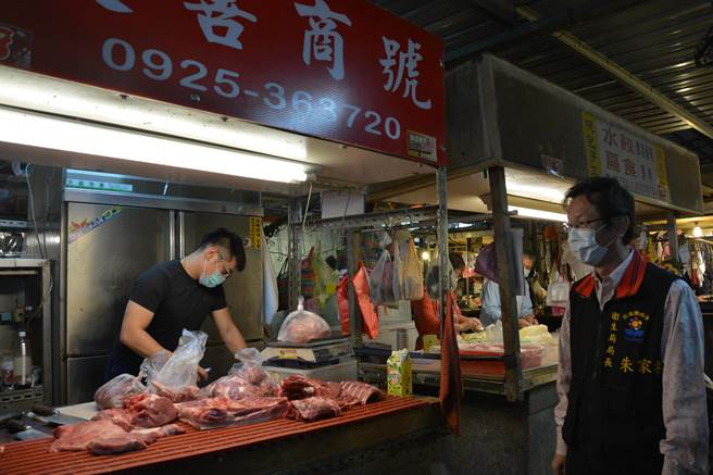 朱家祥到傳統市場關心肉品來源。(王志偉攝)
