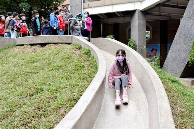 今9日嘉義縣第一座特色遊戲場「水牛城堡」正式啟用,孩子們都玩瘋了!(呂妍庭攝)