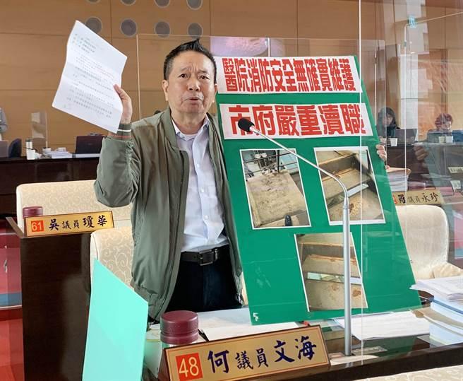 市議員何文海說,他接獲民眾投訴,台中市仁愛醫院台中院區,消防逃生梯已經生鏽腐蝕非常嚴重。(陳世宗攝)