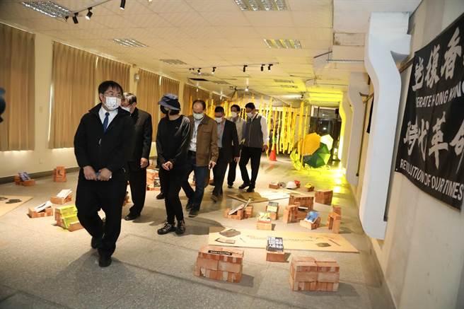 台南市長黃偉哲(前)9日赴台南神學院圖書館,參觀由在台港青團體「邊城青年」策畫的「反送中」展覽。(南市府提供/李宜杰台南傳真)