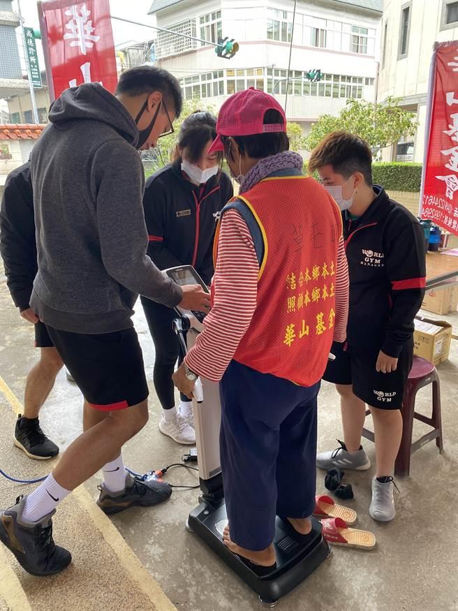 華山基金會9日特別與世界健身俱樂部合作,透過專業「inbody身體組成分析儀」來為社區長輩顧健康。(黃立杰攝)